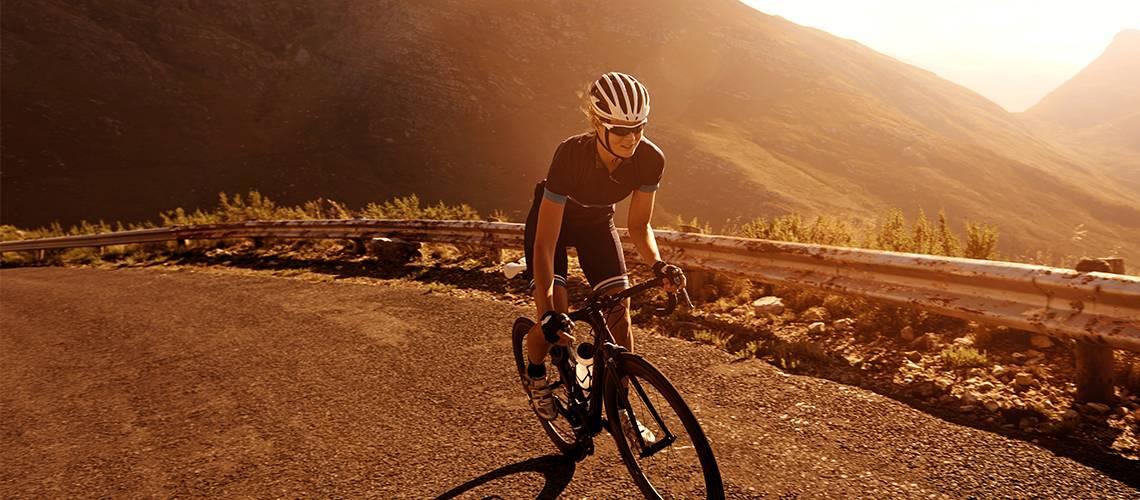 Ciclista cogiendo impulso en una subida